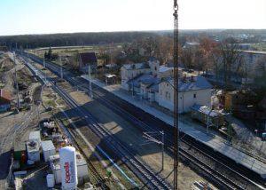 Der Bahnhof und links davon das ehemalige Postgebäude.