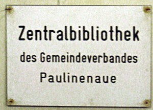 Schon zu DDR-Zeiten hatte Paulinenaue eine Bibliothek. Obwohl es sogar eine Zentralbibliothek war, wanderte ihr Standort durchs halbe Dorf. Die Bibliothek war mal in der Waldstraße, mal in der Bahnhofstraße oder in der Brandenburger Allee zu finden.
