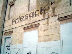 Fassade des Friesacker Bahnhofs