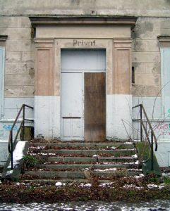 Durch eine extravagante Eingangstür gelangte der Friesacker Bahnhofsvorsteher einst in seine Privatgemächer - mitten im Luch.
