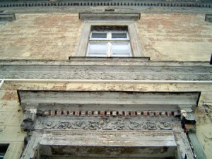Die Fassade des Glöwener Bahnhofes ist mit klassizistischem Zierrat durchwirkt.