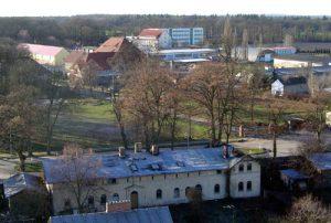 Blick auf die Bahnhofstraße und den Kleinen Sportplatz. Im Hintergrund Teile des Gutshofes und des Institutsgeländes.