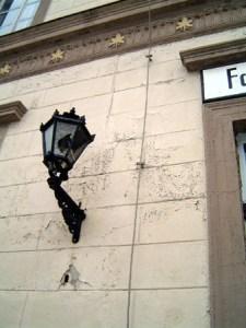 Fassadenteil mit Lampe