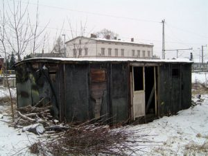 Ein ausgedienter Waggon ist Nebengebäude des Bahnhofes.