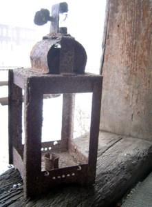 Ein Relikt aus alten Tagen. Lampe in einem Nebengebäude des Bahnhofes.