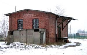 Aus dem Bahnhof Zernitz steht noch ein typisches Nebengebäude der Berlin-Hamburger Eisenbahn. Bauwerke wie dieses werden zuerst abgerissen.