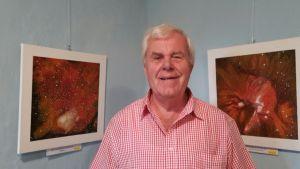 Harry Sarow neben zwei seiner Werke.