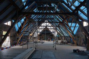 Die beeindruckende Konstrktion des Dachstuhles ist nun komplett wieder hergestelt.