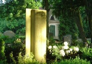 Auf dem Paulinenauer Friedhof, im Hintergrund die alte Trauerhalle.