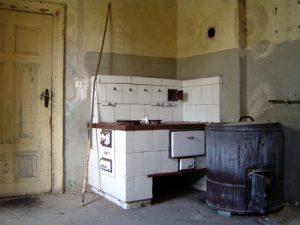 Wie der Plan zeigt, lag im Erdgeschoss dorfseitig noch die Küche des Restaurateurs Valentin. Mit Herd und Kessel ist dieser Raum auch heute recht gut erhalten.
