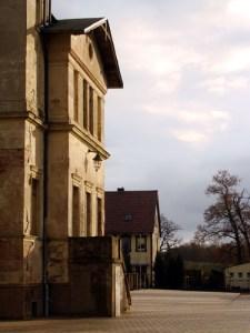 Das klassizistische Empfangsgebäude des Paulinenauer Bahnhofs, im Hintergrund das alte Posthaus.