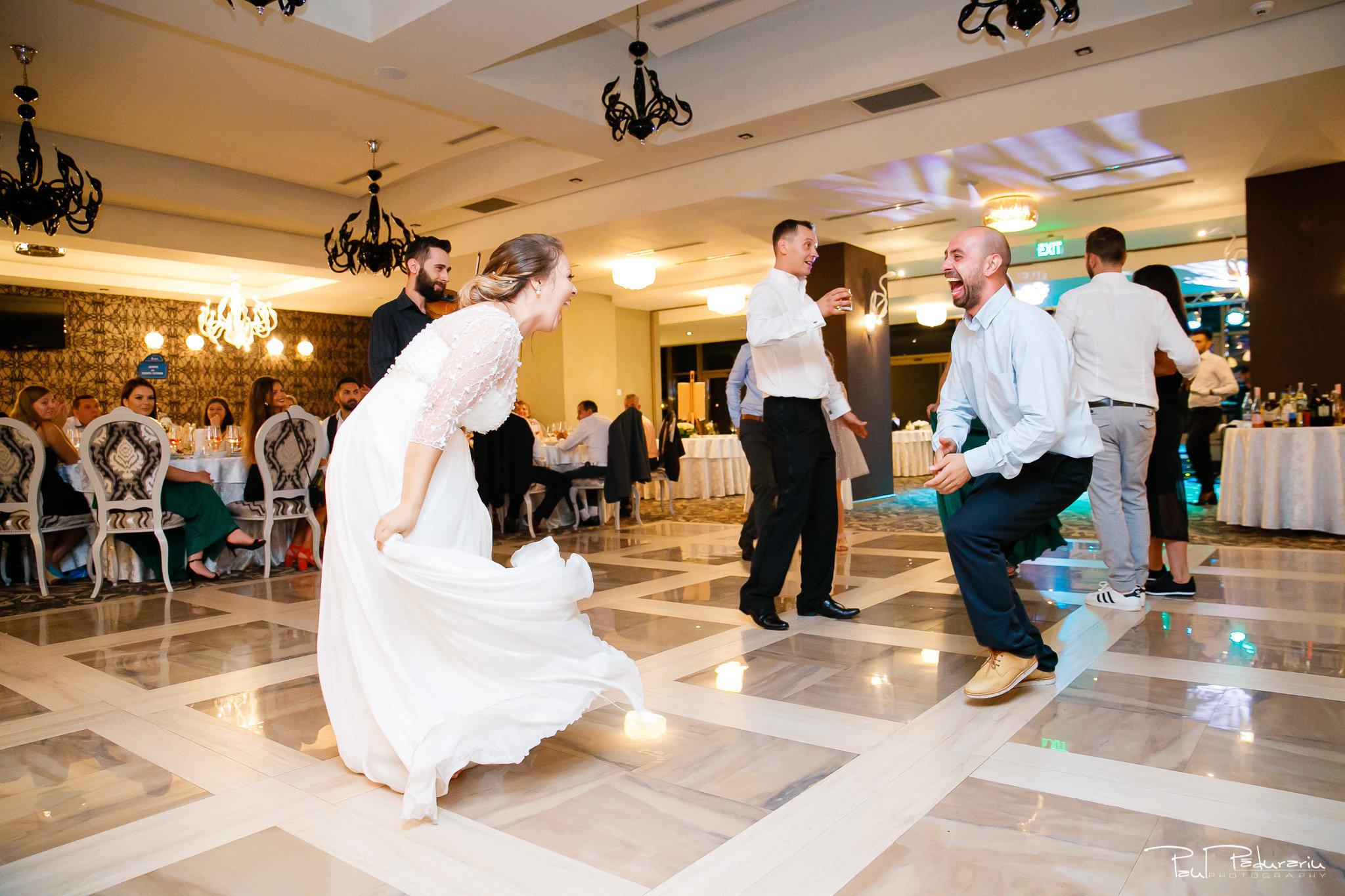 Petrecere la Pleaiada nunta Ema si Tudor fotograf profesionist de nunta iasi www.paulpadurariu.ro © 2017 Paul Padurariu momentul preferat al miresei dans alaturi de fratele sau