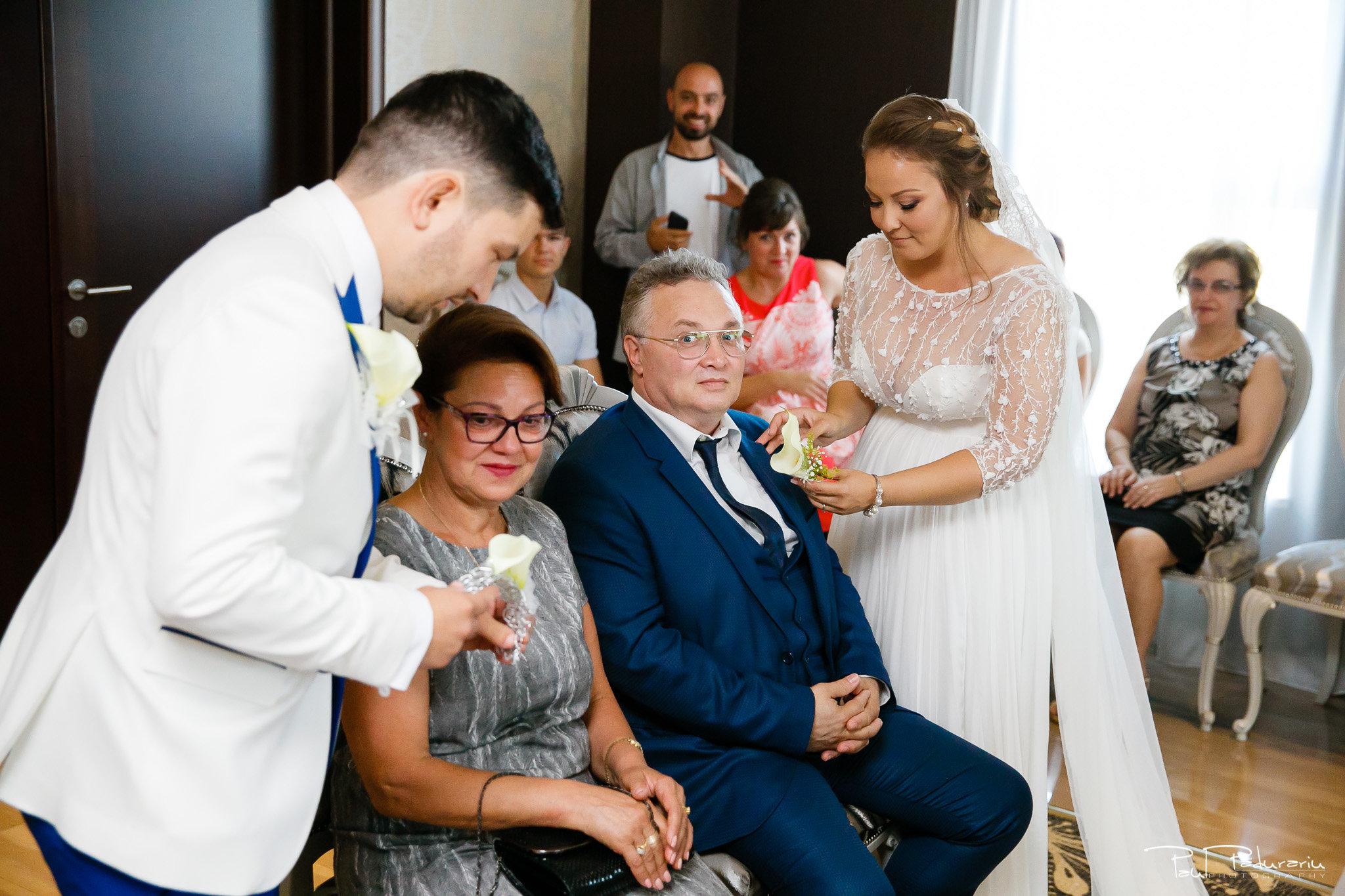 Pregatiri nunta Ema si Tudor fotograf de nunta iasi www.paulpadurariu.ro © 2017 Paul Padurariu - pregatiri mireasa si mire alaturi de parinti
