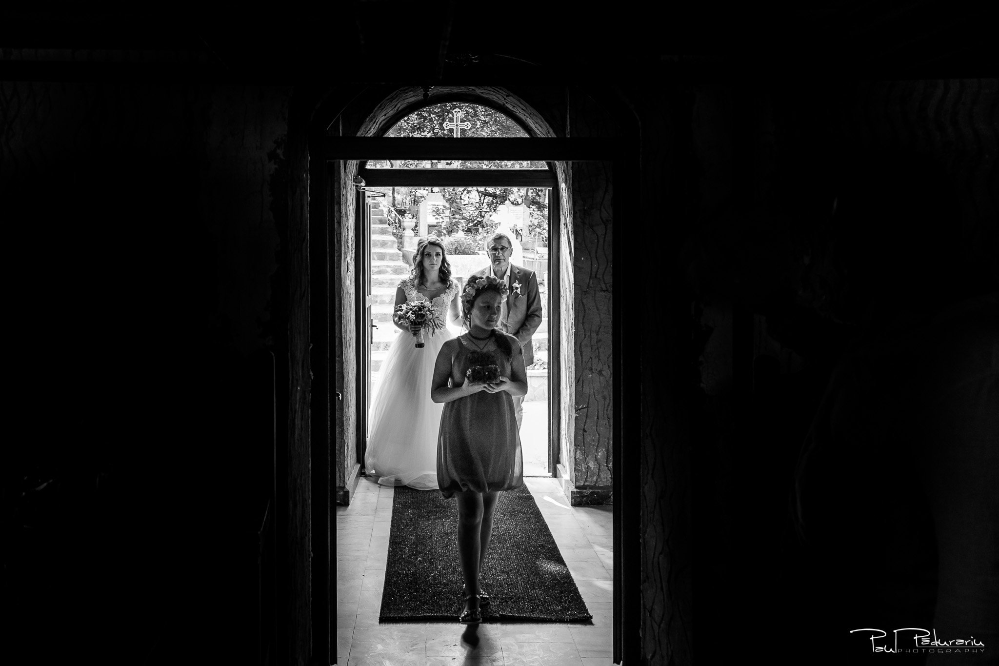 Alexandra si Vlad cununia religioasa Rediu intrare miri in biserica fotograf nunta iasi www.paulpadurariu.ro © 2017 Paul Padurariu