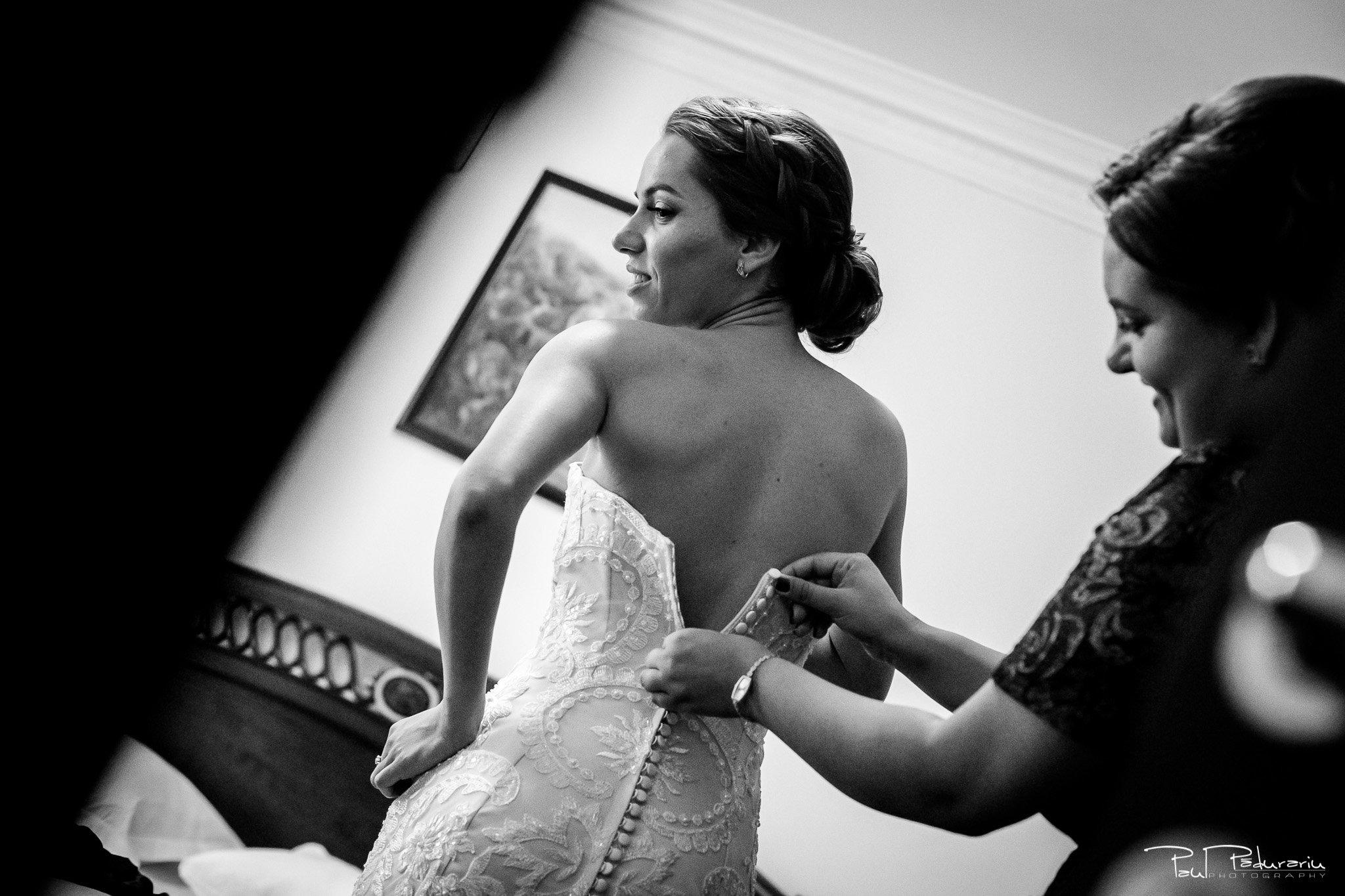 Roxana si Silviu Nunta Hotel Eden Iasi - pregatiri imbracatul miresei - fotograf profesionist nunta www.paulpadurariu.ro © 2017 Paul Padurariu