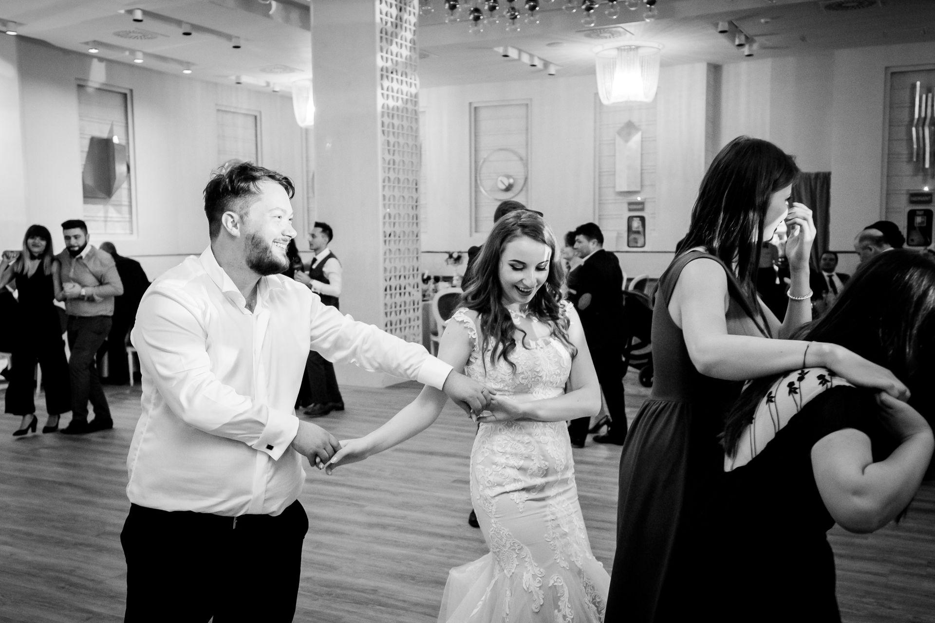 Larisa si Vlad - Nunta la Unirea - fotograf nunta iasi   fotograf profesionist Paul Padurariu 6