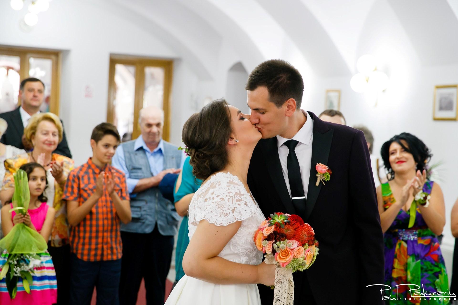 Cristina si Razvan nunta rustica la Bellaria Iasi cununia civila sarut miri fotograf profesionist nunta www.paulpadurariu.ro © 2017 Paul Padurariu