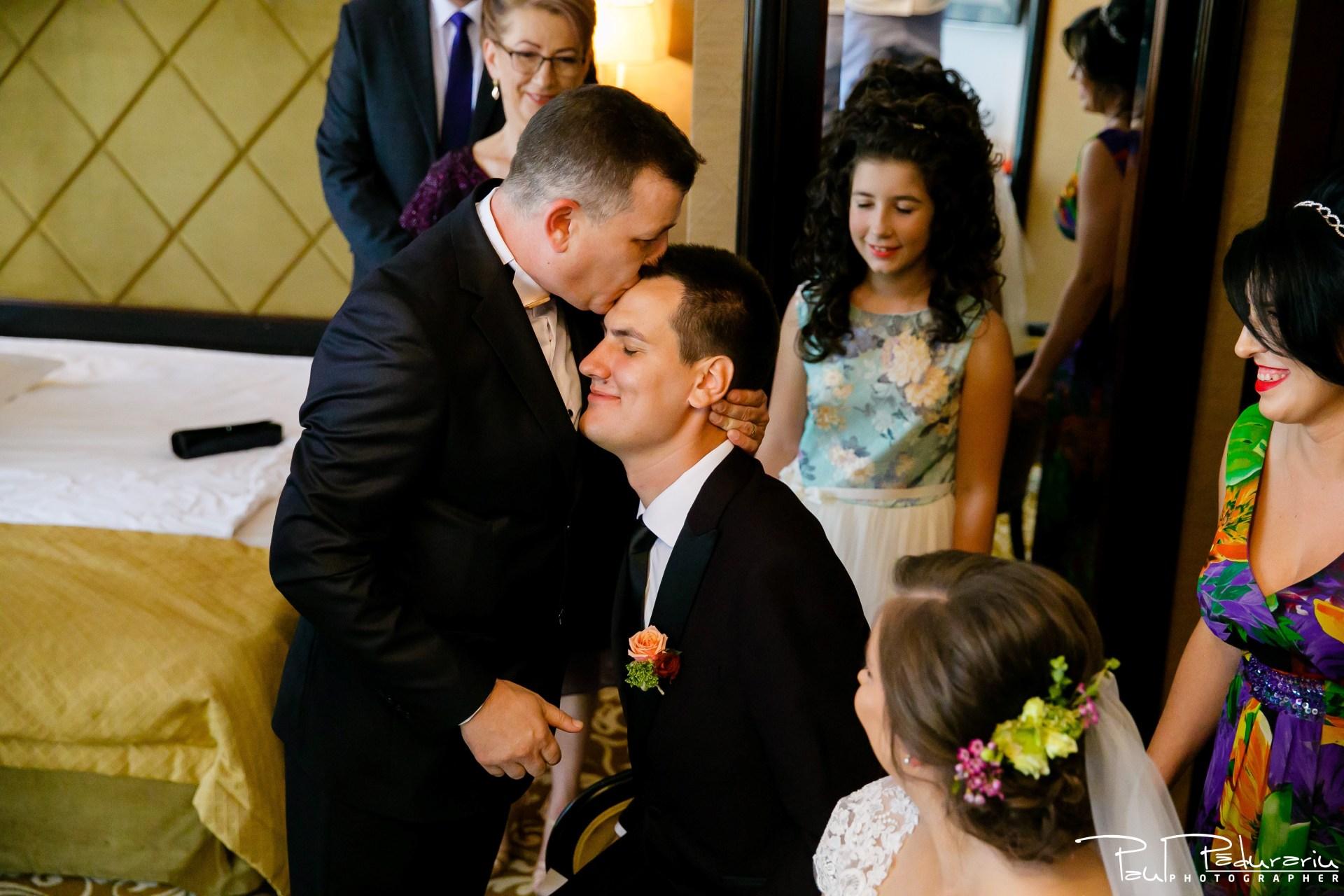 Cristina si Razvan nunta rustica la Bellaria pregatiri miri moment tata fiu fotograf profesionist nunta Iasi www.paulpadurariu.ro © 2017 Paul Padurariu