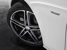 Mercedes-Benz E-Klasse Avantgarde mit SportStyle Paket und Aerorad, Exterieur: Polarweiß, Interiereur: Nussbraun/Schwarz Mercedes Benz E-Class Avantgarde with SportStyle package and Aero Wheels, exterior: polar white, interior: nut brown/black