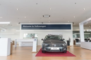 Showroom displays up to 8 cars