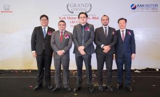 02 Commemorative photo of VIPs from Honda Malaysia, Oriental Holdings Berhad and Kah Motor at the opening of Kah Motor Honda 4S Centre in Tebrau
