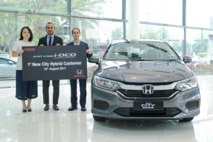 03 L-R Ms. Koh Tang Kim, the General Manager of Tenaga Setia Resources Sdn. Bhd, Mr. Akkbar Danial, Group Vice President of Honda Malaysia with Mr. Wilson Wong, the first customer of New City Sport Hybrid i-DCD