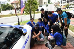 UTMSPACE students identifying faulty tyres during the Petron Road Safety Amazing Race Challenge