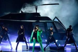 rihanna-iheartradio-2015-music-awards-dior-versace-3