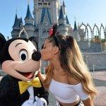 Ariana Grande interpreta 'Focus' y 'Zero to Hero' en Disney World