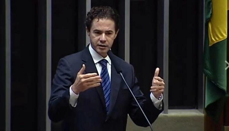 ASSISTA: Veneziano apresenta PEC que racionaliza cobrança de impostos dos combustíveis