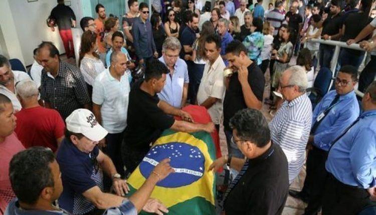 Multidão presta suas últimas homenagens ao corpo do deputado Rômulo Gouveia
