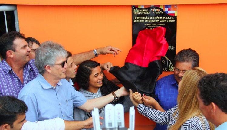 Ricardo inaugura ginásio poliesportivo e atende 300 estudantes em Campina Grande