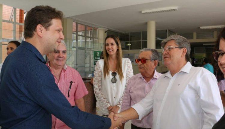 João visita Hospital Napoleão Laureano e reforça importância de parcerias com Governo do Estado