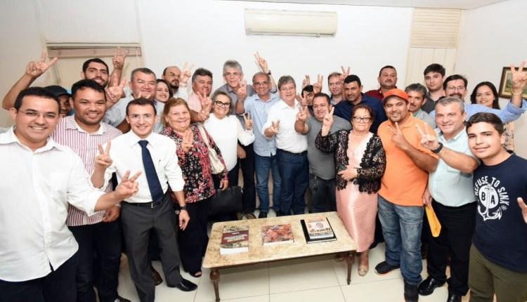 Prefeito de Araruna e todo seu grupo político aderem à pré-candidatura de João Azevêdo