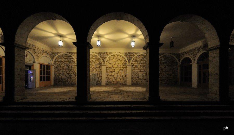 Академическая галерея ночью