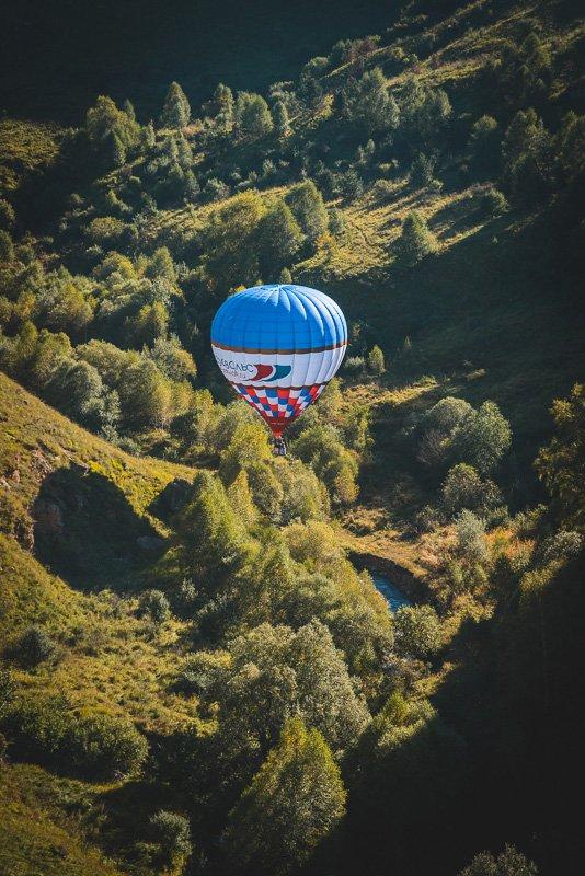 Воздушный шар в ущелье