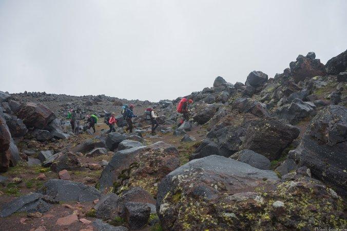 Каменистая часть маршрута на северном склоне Эльбруса