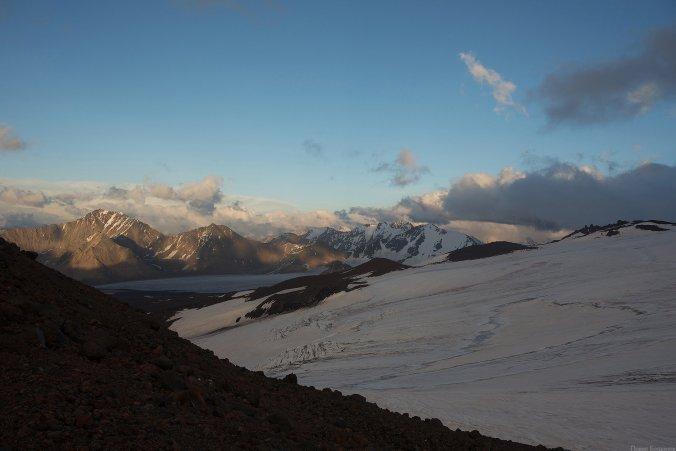 Вид на горы Балыксубаши, Мукал, плато Джикаугенкез, вершина пика Калицкого