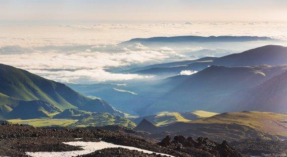 Вид с северо-восточного склона Эльбруса на юго-восток