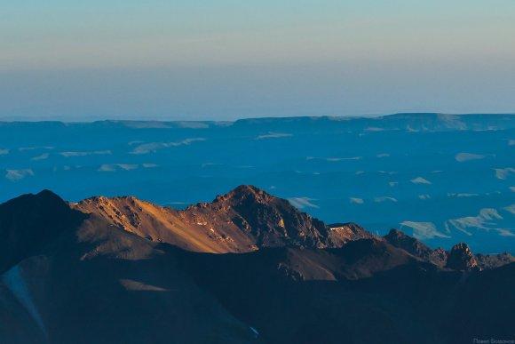 Вид на юг с северного склона Эльбруса. Рассвет.