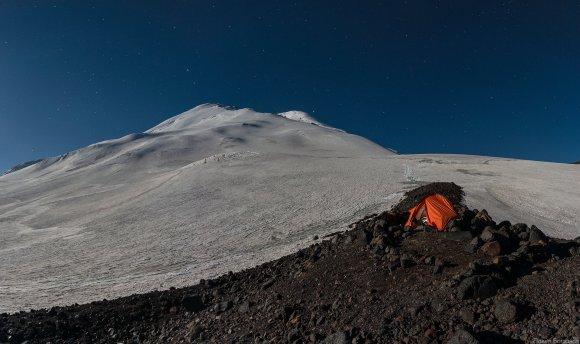 Панорама Эльбруса с севера в полнолуние