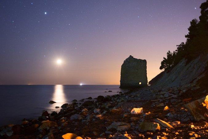 Скала Парус ночью