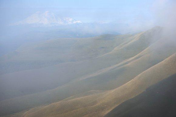 Эльбрус прячется в рассветной дымке, Шаджатмаз