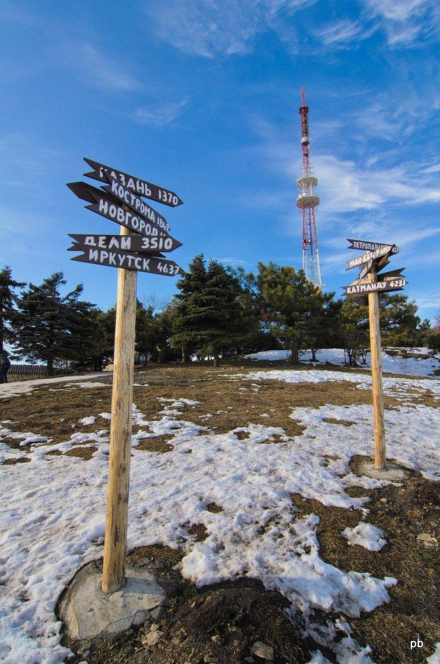 Столбы-указатели на вершине Машука