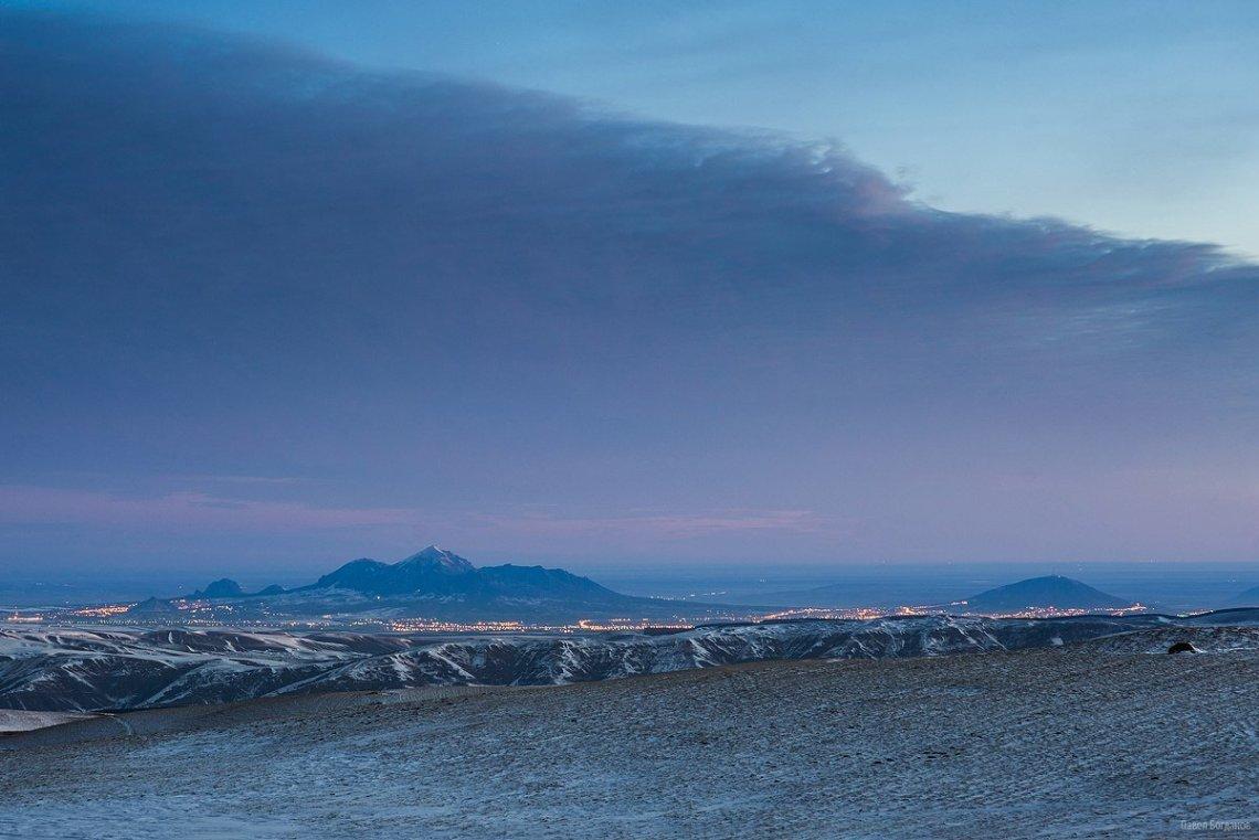 Вид из окрестностей Шаджатмаза на Кавминводы и Пятигорск