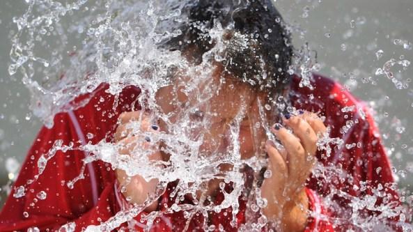 """Na slici: Allison Risaliti iz Pensilvanije na javnom bazenu 14. avgusta, prihvatila je """"izazov"""" ALS Ice Bucket Challenge (AP Photo/The Tribune-Democrat, Todd Berkey)"""