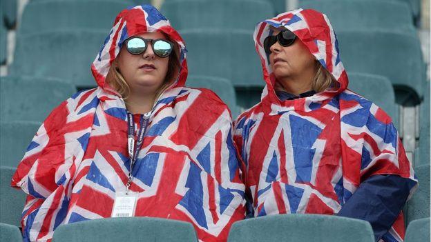 Britanke u zastavama - kabanicama.Foto: Getty, BBC