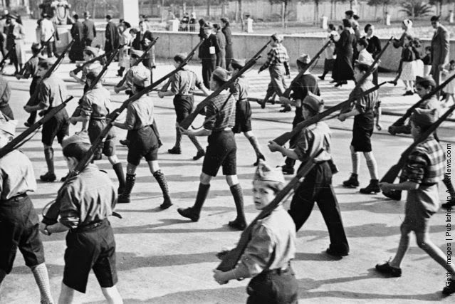 Dečja vojna parada u organizaciji nacionalista, Irun, Španija 13. Novembar 1936,