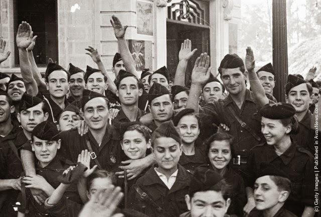 Fašistička omladina preoblači se u uniforme pobunjenika, nakon što su ih ovi opkolili u Irunu, Španija, 13. novembar 1936. Maeers/Fox Photos/Getty Images