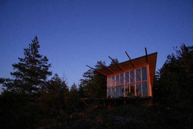 Ostrvo Lasqueti, Britanska Kolumbija: Ovaj kućerak bez struje i interneta na udaru je potpuno nepredvidivog vremena koje vlada ovim kanadfskim ostrvom. Vredi pogledati kućice nalik ovoj, simbol i ukras života na Lasketiju